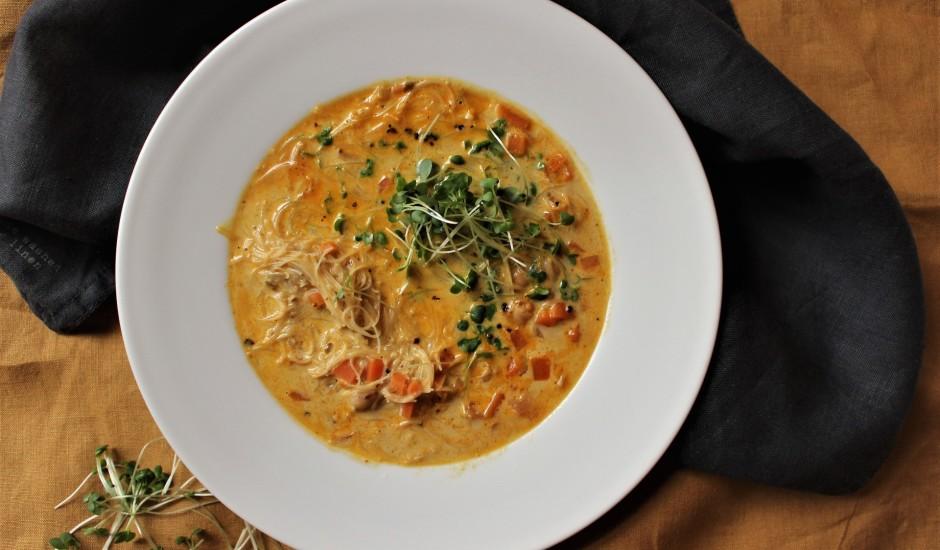 Karija zupa ar rīsu nūdelēm un turku zirņiem
