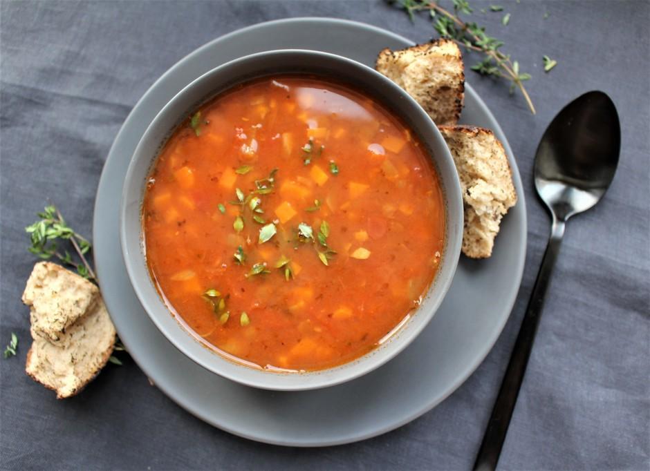 Pieliek klāt tomātus un karsē vēl 3-4 minūtes, līdz lēcu gat...