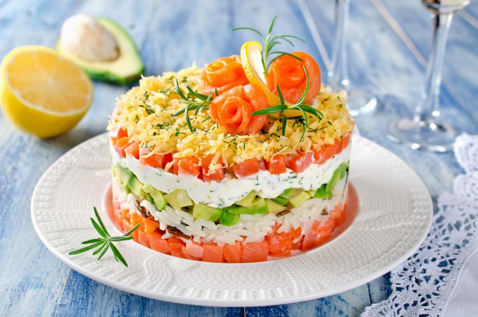 Salatus liek kārtām: lasis, rīsi, mazliet sāls, avokado, cit...