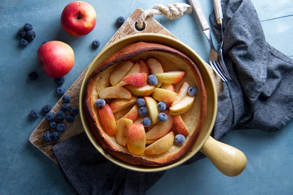 Pasniedz pankūku ar visu, ko sirds vēlas - augļiem, saldo kr...