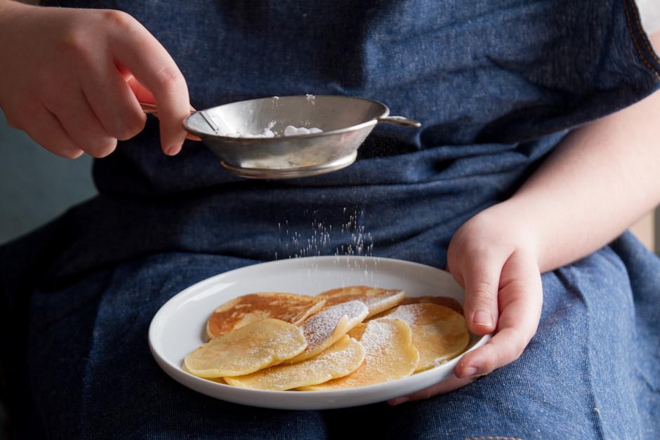 Uzcep pankūkas, lejot uz pannas pa 1 ēd.k. uz katru pankūku....