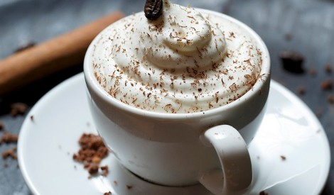 Kafijas panakota ar karameļu putām un rīvētu šokolādi