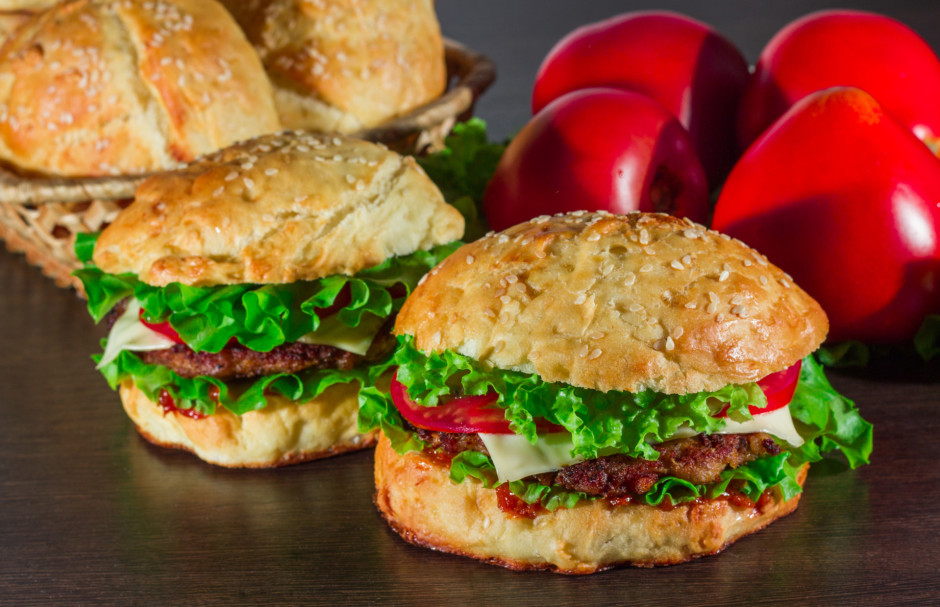 Ņem apakšējo burgera maizīti, liek salātlapu, kotleti ar sie...