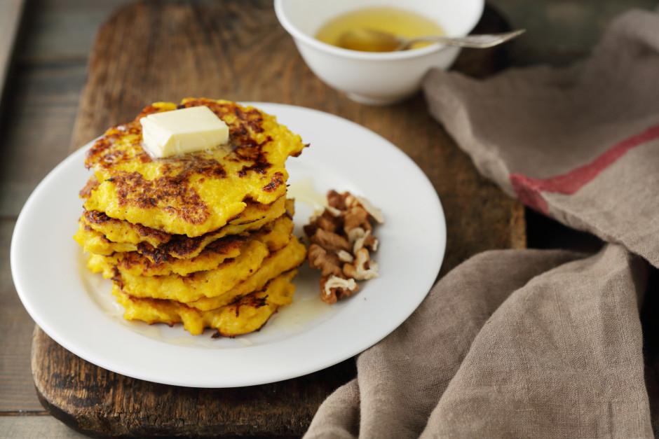 Cep sakarsētā sviestā nelielas pankūkas. Pasniedz ar sviestu...