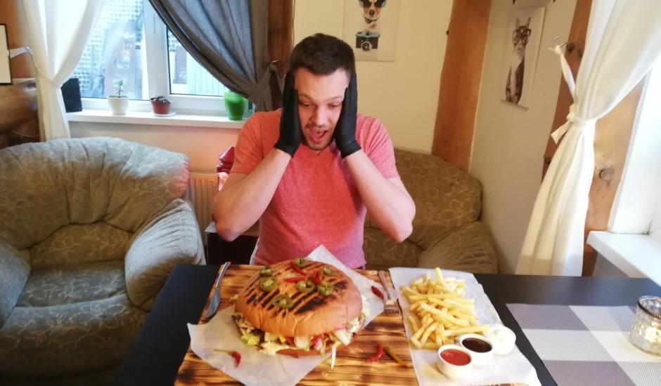 No kā sastāv slavenais Rīgas burgers un vai tā radītājs pats spēj to apēst?