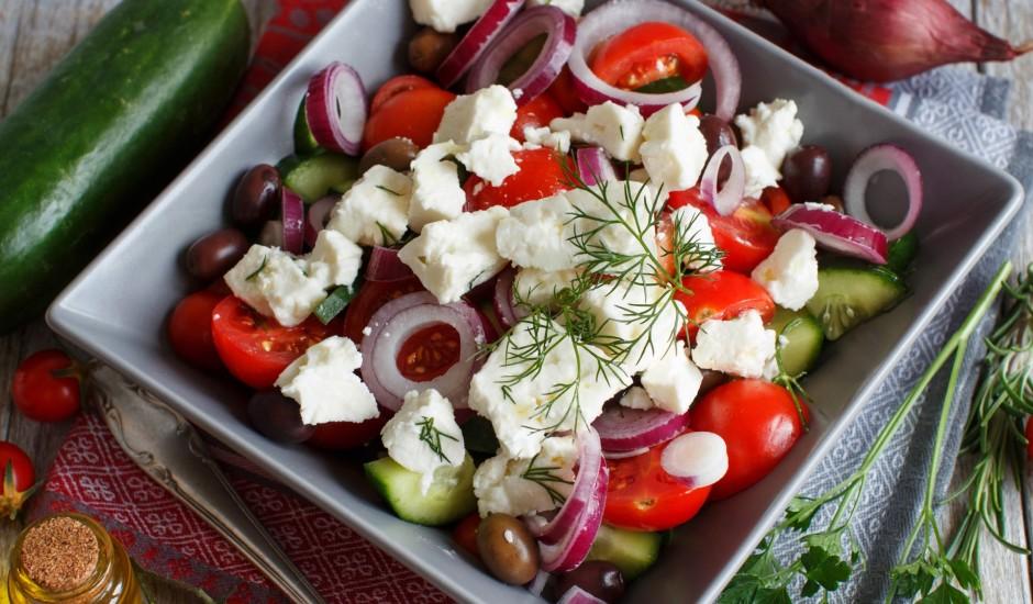 Dārzeņu salāti ar fetu un olīvām