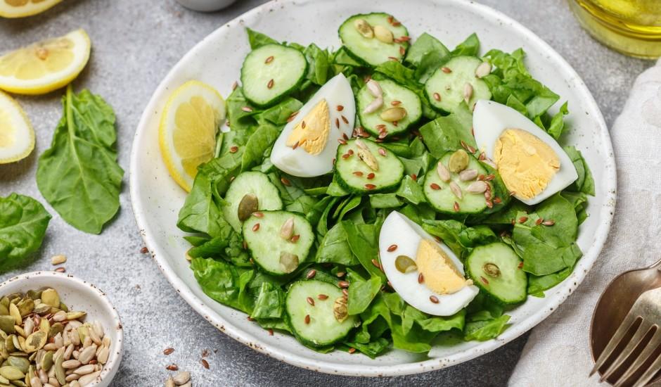 Gurķu un spinātu salāti