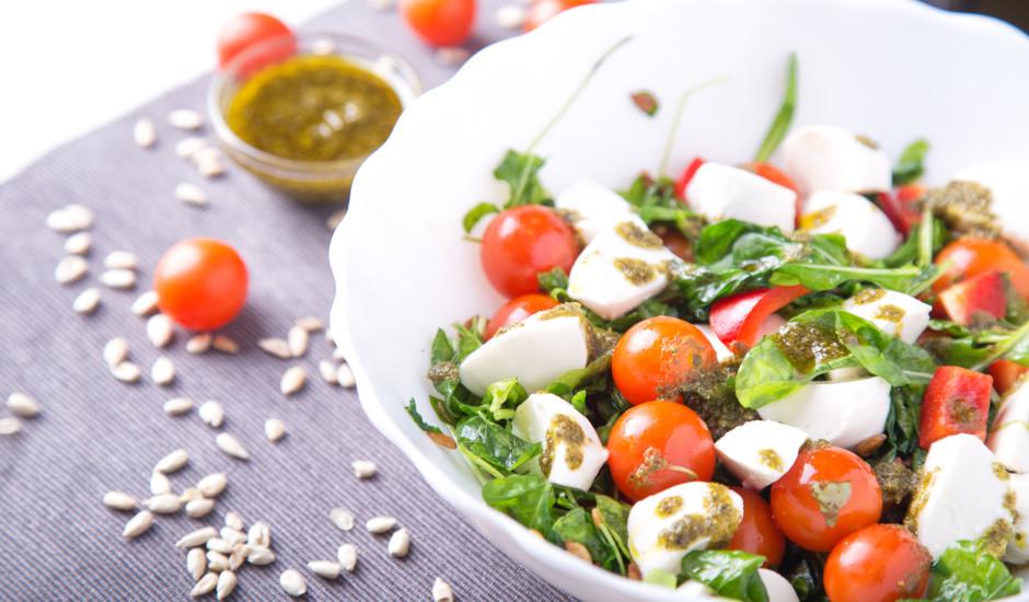 Svaigie spinātu salāti ar pesto