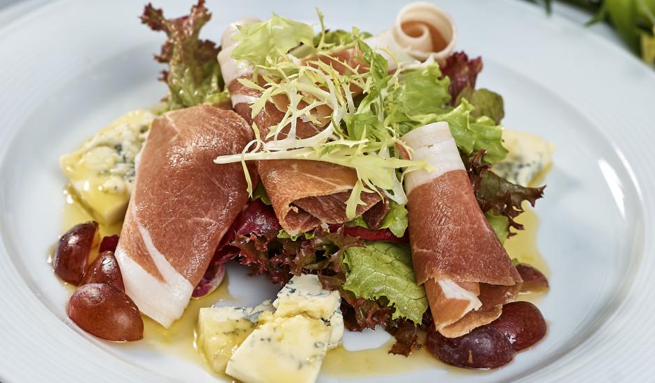 Īpašie lapu salāti ar sieru, vīnogām un šķiņķi
