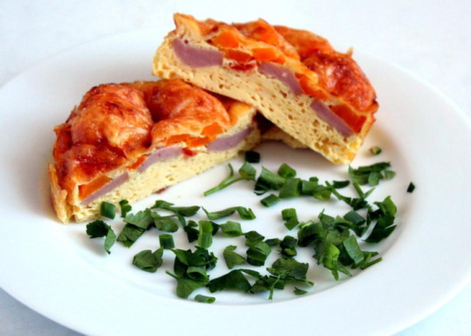 Kad izņem omleti no cepeškrāsns, to pārkaisa ar sasmalcināti...