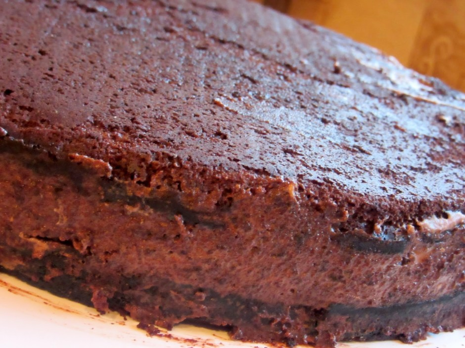 Ar iegūto masu nosmērēju kūkas malas. Tagad kūka ir labi noš...