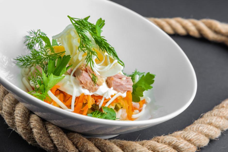Salātus liek kārtām: olas, marinēti gurķi, sīpols, burkāni -...