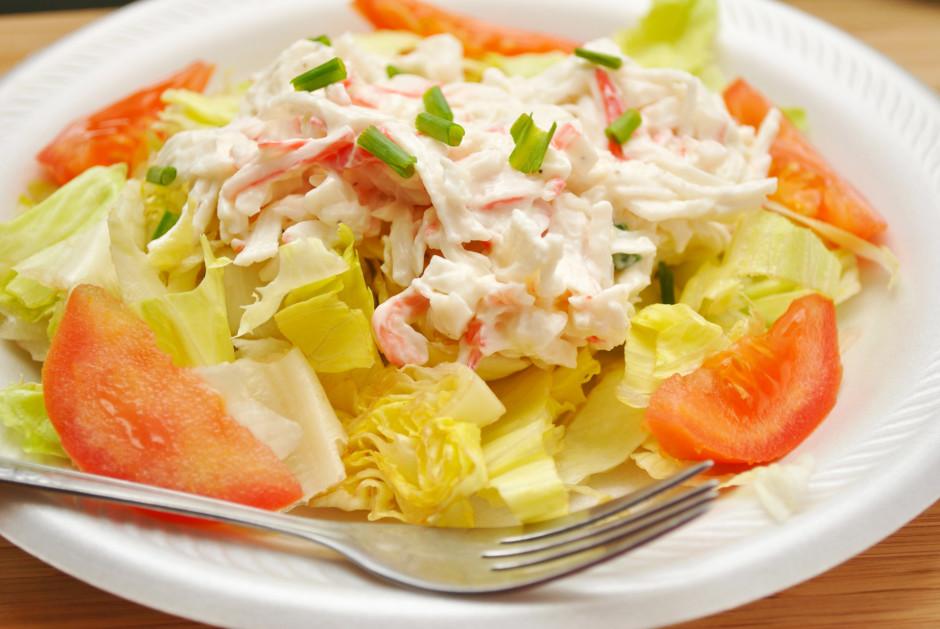 Salātus kārto uzreiz katram pa porcijai: Liek lapas un tomāt...