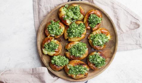 Grilēti kartupeļi ar zaļumu mērci