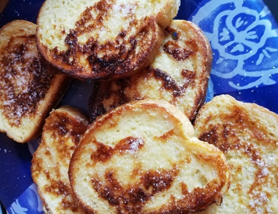 Kad maizītes ir izcepušās, izliek tās šķīvī un nedaudz apbēr...