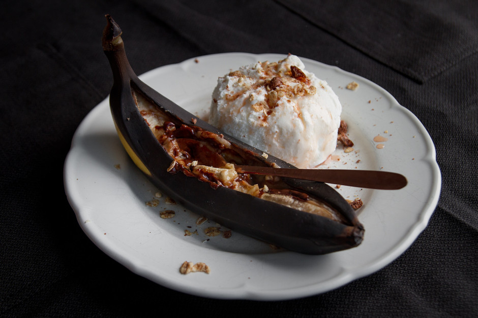 Banānus pasniedz ar saldējumu, pārkaisa ar riekstiņiem un pā...