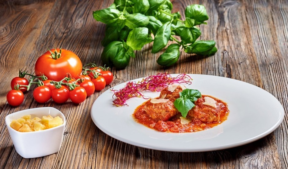 """Maltās gaļas un """"Džiugas Delicate"""" siera frikadeles ar tomātu mērci"""