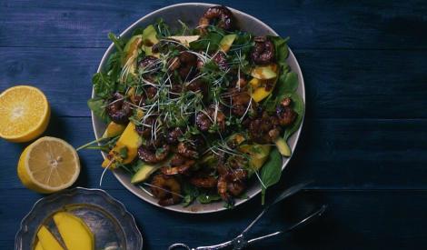 Asās garneles ar mango un avokado salātiem