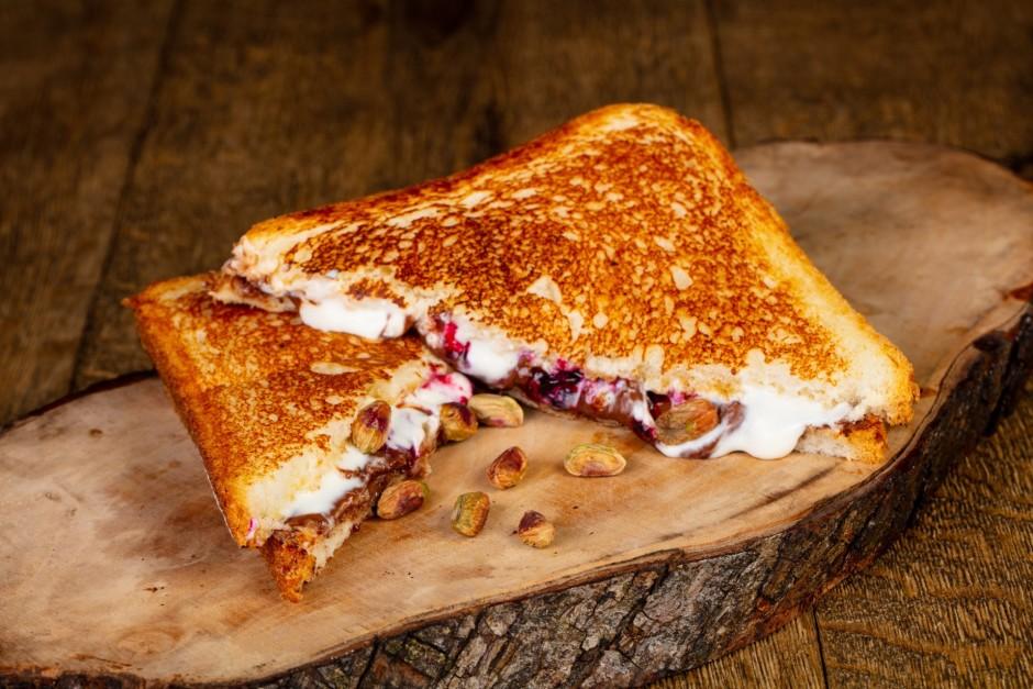Pannā izkusē sviestu un cep maizes no abām pusēm, līdz zelta...