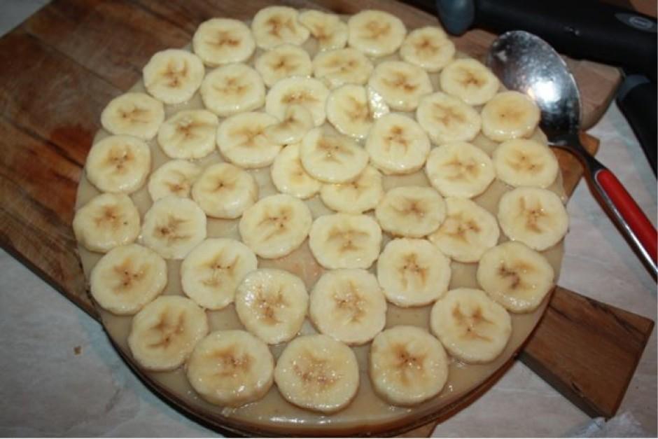 Sagriezto banānu aplej ar citrona sulu. Lielāko daļu šo šķēl...