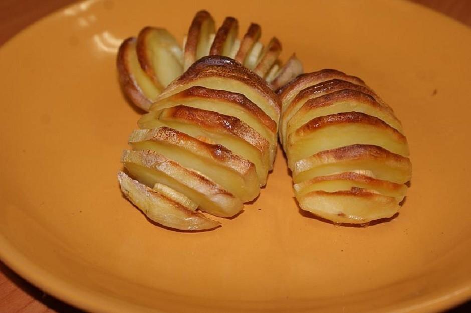 Liek cepties 180 grādos, līdz kartupeļi mīksti un zeltaini....