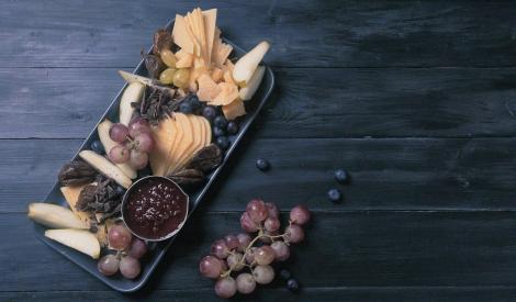 Uzkodu plate ar cieto sieru