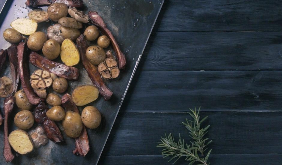 Kūpinātas ribiņas ar ķiploku kartupeļiem