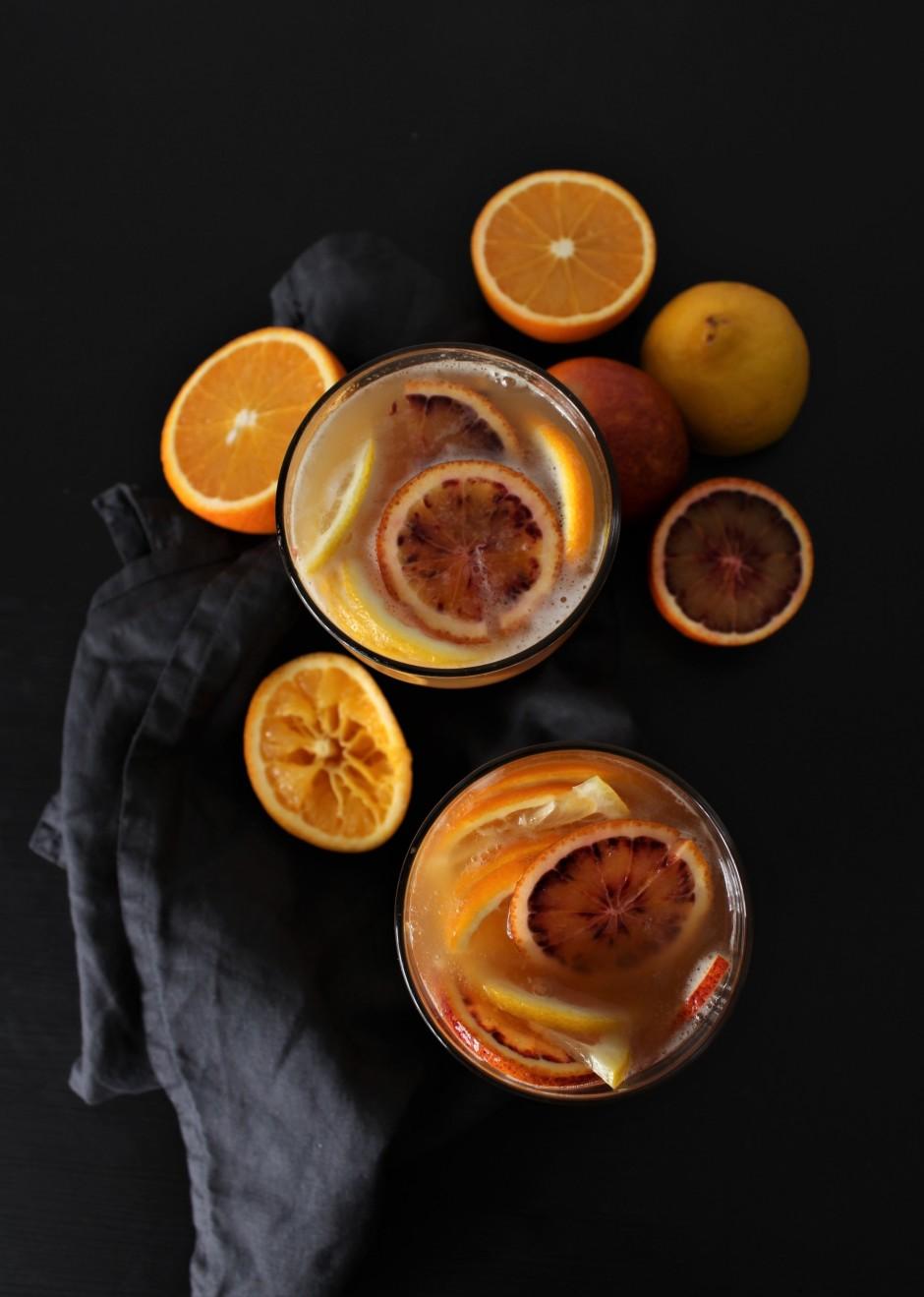 Pielej augļu sulu un pēc tam ingvera eilu. Rotā ar piparmētr...