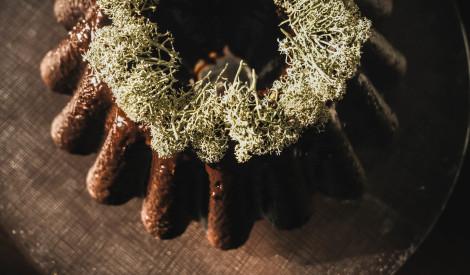 Šokolādes kēkss ar žāvētiem augļiem un fritētiem ķērpjiem