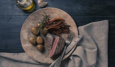 Steiks ar karamelizētiem dārzeņiem