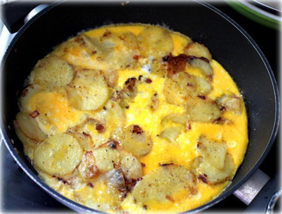 Kad kartupeļi apcepušies smuki brūni un sīpoli caurspīdīgi,...