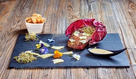 """Liellopu gaļas bifšteks ar trifeļu krēmu un """"Džiugas Gourmet"""" siera skaidiņām"""