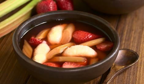 Rabarberu - zemeņu zupa ar mannas klimpām