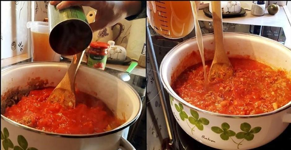 Kad viss apcepināts, pievieno konservētos tomātus, tomātu pa...