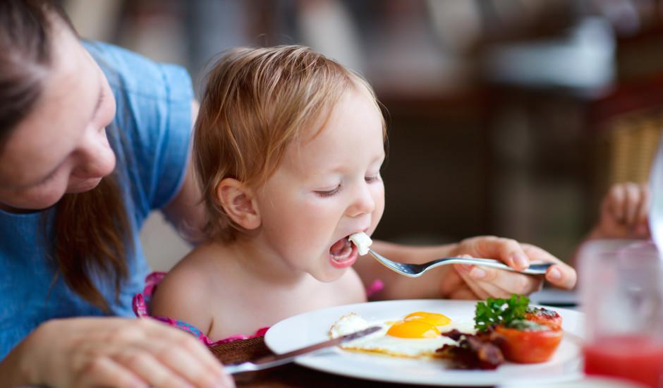 Ēdienkarte mazam bērnam: kam jābūt uz šķīvja?