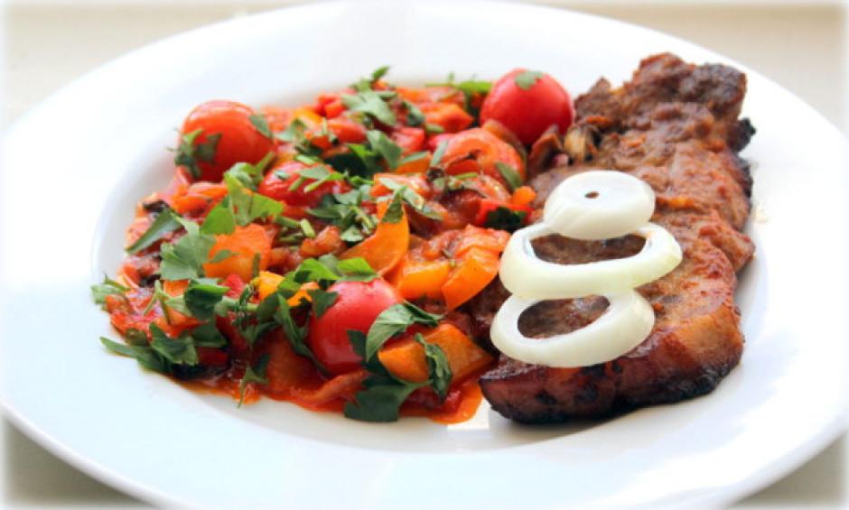 Pasniedz gaļu kopa ar dārzeņu piedevu.