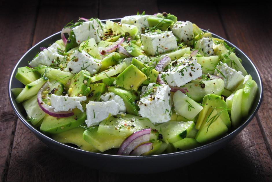 Kad salāti samaisīti, uzdrupina sieru un pārber ar svaigi ma...