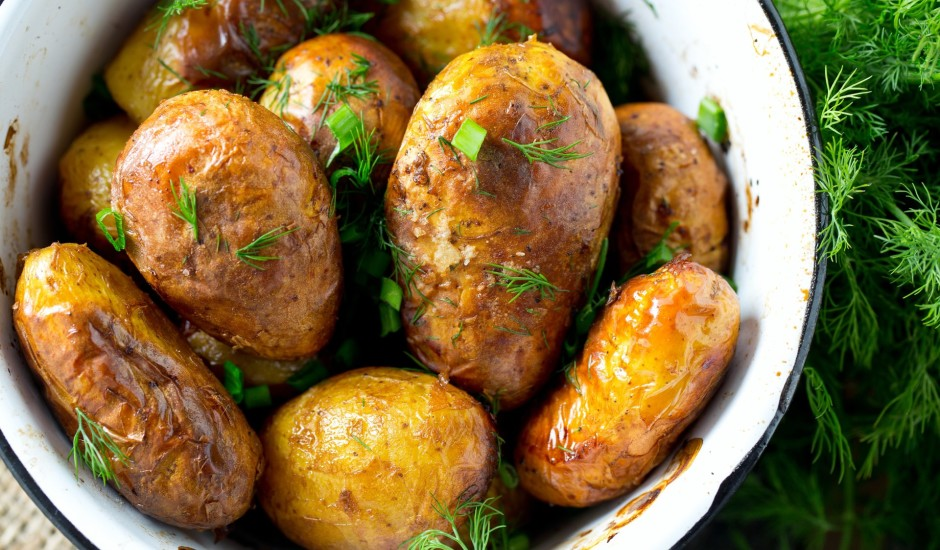 Krāsnī cepti jaunie kartupeļi ar miziņu