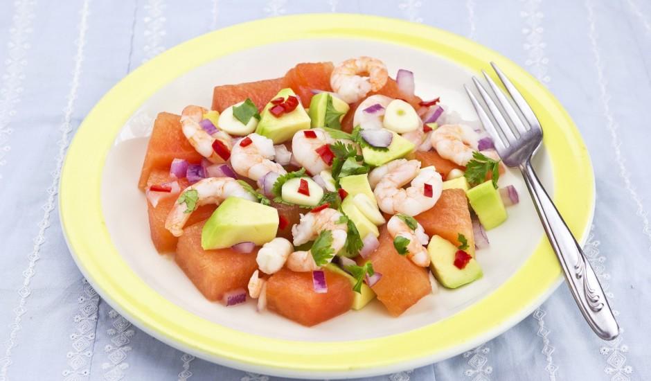 Avokado, arbūza un garneļu salāti