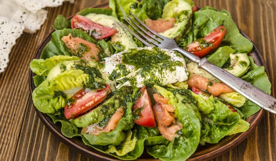 Romiešu salāti ar avokado, mazsālītu lasi un olu