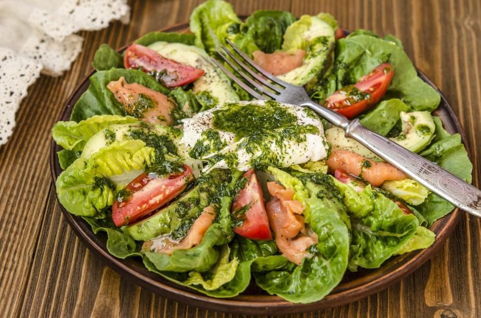 Uz lapu salātiem kārto avokado, tomātus, lasi, vidū liek olu...