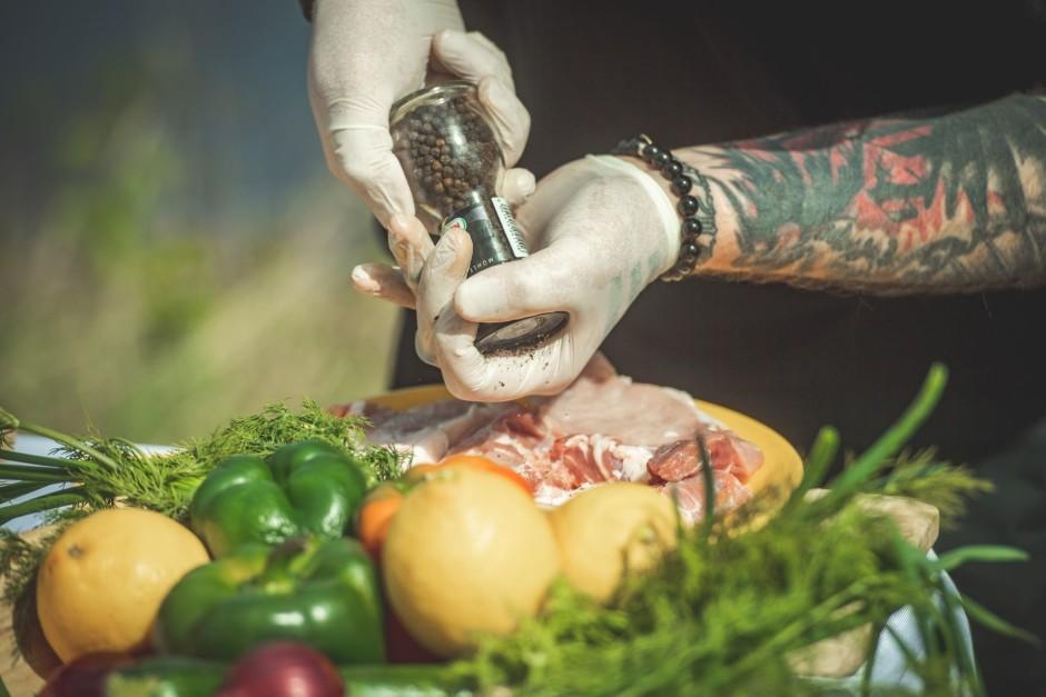 Apber gaļu ar sāli un pipariem.