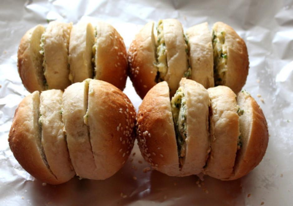Kārto uz folija,bulciņas malas arī nosmērē ar sviestu, lai t...