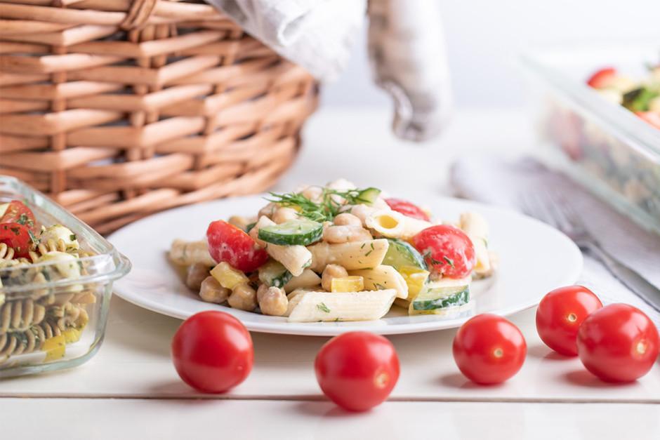 Salātus var baudīt uzreiz vai uzglabāt ledusskapī, lai pasni...