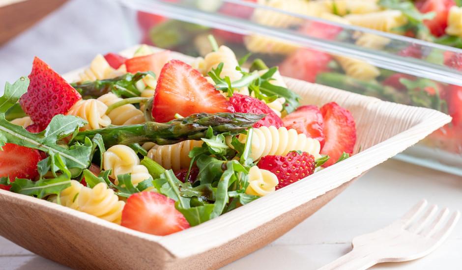 Pastas salāti ar sparģeļiem un zemenēm