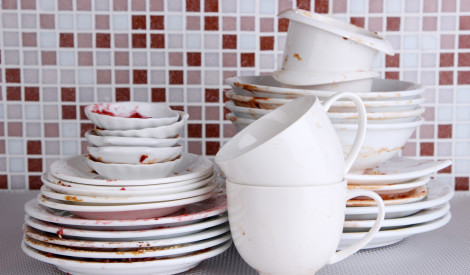 Tradicionālā trauku mazgāšana pret trauku mazgājamo mašīnu: kas labāks?
