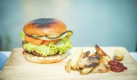 Vienkāršais grila burgers un kartupeļu daiviņas no Pipara