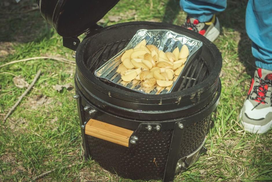 Grilā liek cepties kartupeļus.