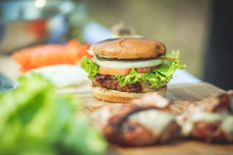 Uz burgera uzliek plaukstus, piespiež un patur, skaitot līdz...