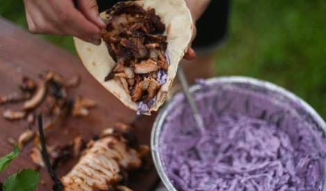 Cūkgaļas kebabs virs ugunskura